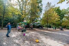 BERLIN, DEUTSCHLAND - 26. SEPTEMBER 2012: Berlin Park und Mann, die Blasen machen Lizenzfreie Stockbilder