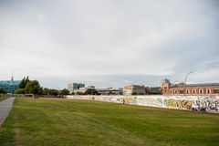 BERLIN, DEUTSCHLAND - 26. SEPTEMBER 2012: Landschaft mit anderer Seite von Berlin Wall Paint Berlin, Deutschland Stockfotos