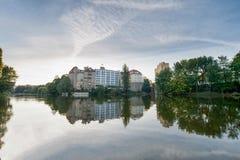 BERLIN, DEUTSCHLAND - 25. SEPTEMBER 2012: Park und Morgenhimmel in Berlin See und Reflexion Lietzenseepark Lizenzfreies Stockfoto