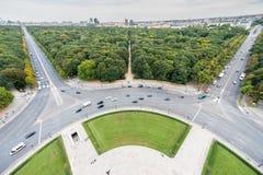 BERLIN, DEUTSCHLAND - 25. SEPTEMBER 2012: Weitwinkelansicht von Victory Column in Berlin, Deutschland Park und Straßen im Hinterg Stockfoto