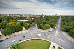 BERLIN, DEUTSCHLAND - 25. SEPTEMBER 2012: Weitwinkelansicht von Victory Column in Berlin, Deutschland Park und Straßen im Hinterg Lizenzfreies Stockbild