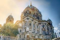 Berlin Dome de los 19 siglo visto de la acera abajo en el río de la diversión imagen de archivo libre de regalías
