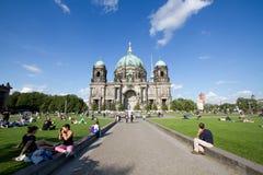 Berlin domkyrka (BerlinerDom) och inställningsbana arkivbild