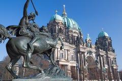 Berlin - Domna och den Amazone för bronsskulptur zuen Pferde framme av det Altes museet av August Kiss 1842 Royaltyfri Bild