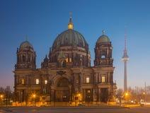 Berlin - Domna och Fernsehturmen i morgonskymning Royaltyfri Bild