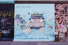 Berlin East Side Gallery-kunstwerk Stock Afbeeldingen