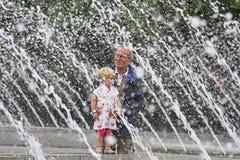 Berlin farfar och barn på vattenspringbrunnar Arkivbilder