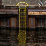 Berlin fartygpir och gul stege på festfloden royaltyfria bilder