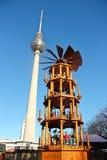 Berlin fernsehturm och träjulkarusell arkivfoto