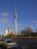 Berlin, Fernsehturm St Mary&-x27; s kościół i ferris koło na niebieskim niebie obraz stock