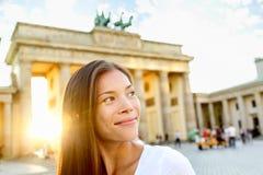 Berlin folk - kvinna på den Brandenburg porten Royaltyfri Bild