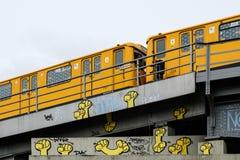 Berlin gångtunneldrev U-Bahn på bron med grafitti Arkivbild
