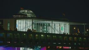 Berlin German Parliament At Night con los turistas metrajes
