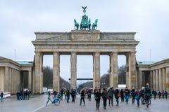 19 01 2018 Berlin, Germania - diverses personnes non identifiées sous la Porte de Brandebourg Images libres de droits