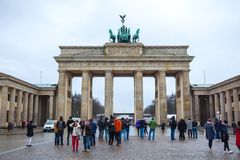 19 01 2018 Berlin, Germania - Różnorodni niezidentyfikowani ludzie pod Brandenburg bramą Obraz Royalty Free