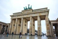 19 01 2018 Berlin, Germania - Różnorodni niezidentyfikowani ludzie pod Brandenburg bramą Obrazy Royalty Free