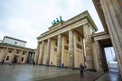 19 01 2018 Berlin, Germania - Różnorodni niezidentyfikowani ludzie pod Brandenburg bramą Zdjęcia Stock