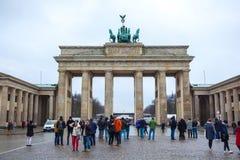 19.01.2018 Berlin, Germania - Various unidentified people under the Brandenburg Gate.  Royalty Free Stock Image