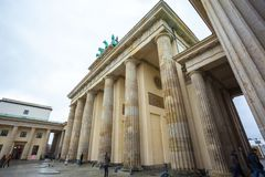 19.01.2018 Berlin, Germania - Various unidentified people under the Brandenburg Gate.  Royalty Free Stock Photography