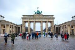 19.01.2018 Berlin, Germania - Various unidentified people under the Brandenburg Gate.  Royalty Free Stock Photos