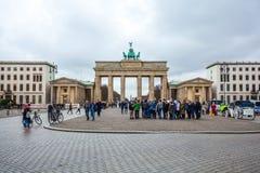 25.01.2018 Berlin, Germania - Various unidentified people under. The Brandenburg Gate Royalty Free Stock Photo