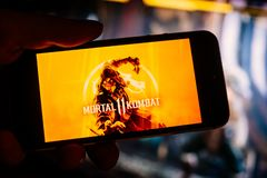 BERLIN/GERMANY - τον Απρίλιο του 2019: Ο θανάσιμος αγώνας 11 λογότυπο παιχνιδιών ή οθόνη τίτλου επιδεικνύεται στην οθόνη smartpho στοκ φωτογραφία με δικαίωμα ελεύθερης χρήσης