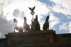 Berlin Germany Brandenburg Gate und der Sonnenstrahl unter den vier Lizenzfreies Stockbild