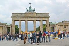 berlin germany En blodstockning av folk om den Brandenburg porten Parizhskaya fyrkant arkivfoto