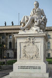 BERLIN GERMANY/EUROPE - SEPTEMBER 15: Humboldt staty utanför Arkivfoto