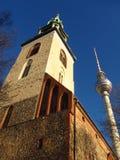 Berlin Germany St Maryâ €™skyrka och blå himmel för TVtorn royaltyfria bilder