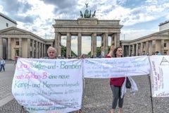 Berlin-Germeny 16th Brandenburger-Tor mei-2018 Mensen protesteren staan te mött grote borden över de onvrede i hunland 123/50 Royaltyfri Fotografi