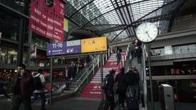 Berlin Hauptbahnhof Main Railway Station, Leute, die oben Rolltreppen-Treppe hinuntergehen stock footage