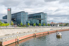Berlin Hauptbahnhof  and  quayside of the river Spree Royalty Free Stock Photography