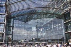 Berlin Hauptbahnhof. Where Berlin Bahn Haupt Work DB Germany Glass building Mennesker ved bygning Stock Photos