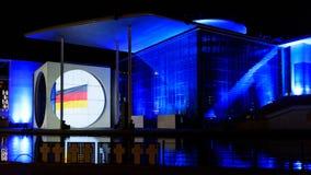 Berlin - helle Show über den Regierungsstellen im Stadtzentrum gelegen auf dem Gelagefluß stockfotografie