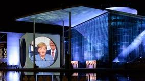 Berlin - helle Show über den Regierungsstellen im Stadtzentrum gelegen auf dem Gelagefluß stockfotos