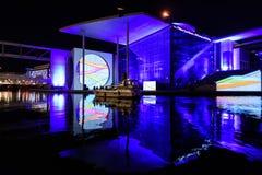 Berlin - helle Show über den Regierungsstellen im Stadtzentrum gelegen auf dem Gelagefluß stockfoto