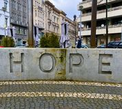 Berlin hopp som skriver på väggen nära modern churh arkivfoton