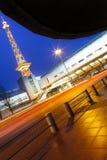 Berlin ICC (Messe Berlin) et Funkturm avec la circulation et les lumières Images stock