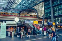 Berlin juni 2010 Central huvudsaklig järnväg drevstation i Berlin, Tyskland Den historiska Lehrteren Bahnhof öppnas i 2006 fotografering för bildbyråer