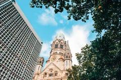 Berlin Kaiser Wilhelm Memorial Church-toren door boom wordt omringd die stock fotografie