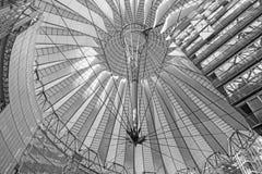 Berlin - konstruktionen av kupolen av den Sony mitten i morgon Mitten planlades av Helmut Jahn och Peter Walker Arkivbild