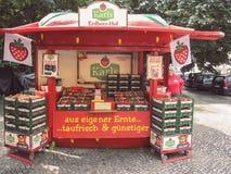 berlin L'ALLEMAGNE - 1ER JUILLET 2013 : Nex debout de vendeuse de femme plus âgée Image libre de droits