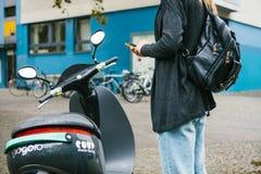 Berlin, le 1er octobre 2017 : Escooter a activé par une application de téléphone portable Un touriste va employer un électrique Photographie stock