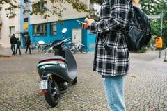 Berlin, le 1er octobre 2017 : Escooter a activé par une application de téléphone portable Un touriste va employer un électrique Photographie stock libre de droits