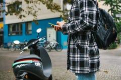 Berlin, le 1er octobre 2017 : Escooter a activé par une application de téléphone portable Un touriste va employer un électrique Photos libres de droits