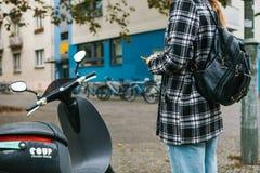 Berlin, le 1er octobre 2017 : Escooter a activé par une application de téléphone portable Un touriste va employer un électrique Images libres de droits