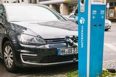 Berlin, le 1er octobre 2017 : La voiture électrique est chargée à un endroit spécial pour les véhicules électriques de remplissag Photographie stock libre de droits