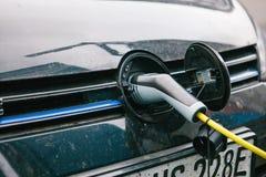 Berlin, le 1er octobre 2017 : La voiture électrique est chargée à un endroit spécial pour les véhicules électriques de remplissag Photographie stock
