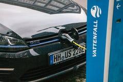 Berlin, le 1er octobre 2017 : La voiture électrique est chargée à un endroit spécial pour les véhicules électriques de remplissag Photo stock